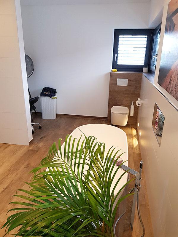 Bad mit Holzboden und freistehender Badewanne