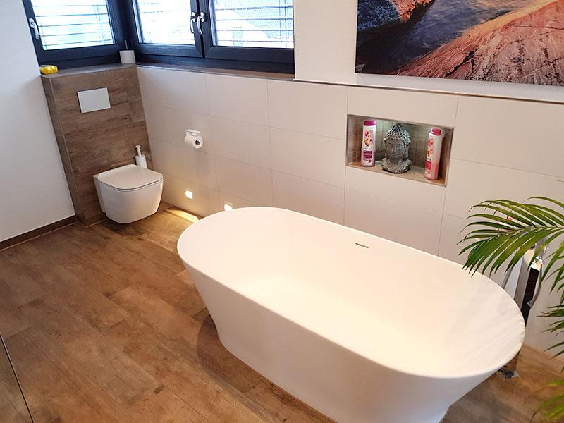 Freistehende Badewanne im modernen Bad nach Badumbau