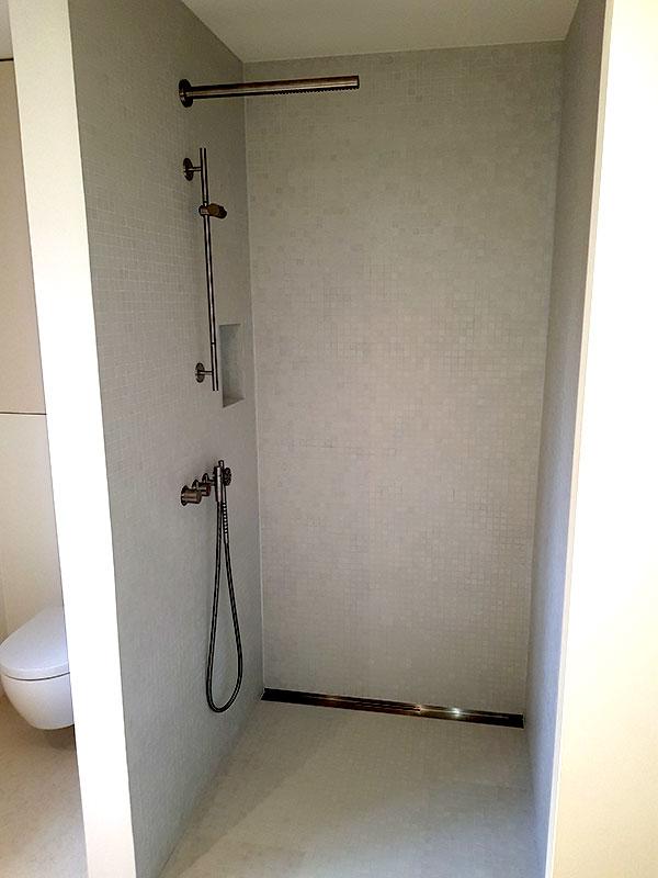 Modernes Badezimmer mit bodentiefer Dusche mit Fliesen